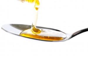 prendre une huile essentielle avec du miel